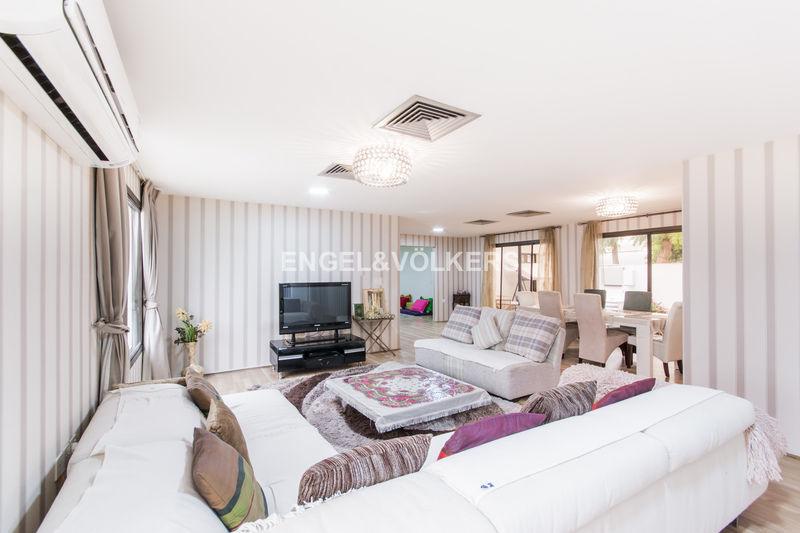 Villa 4 bedroom plus maids in Jumeirah 3